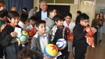 Parte de los alumnos de la Escuela Primaria N° 23 que recibieron obsequios, acompañados por el jefe comunal de Cañadón Seco, Jorge Soloaga.
