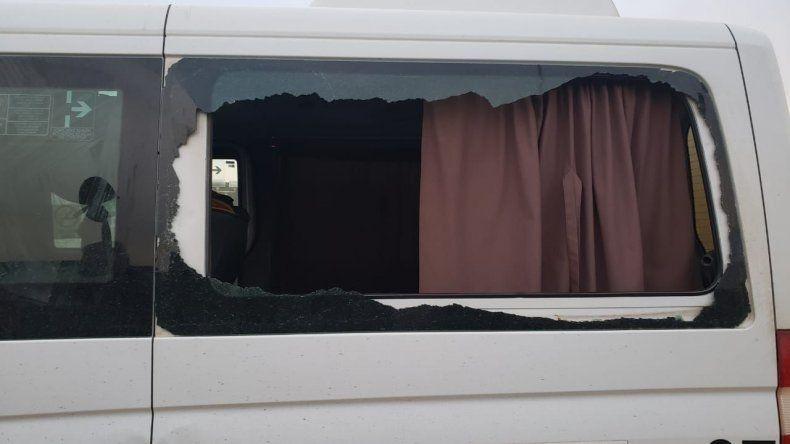 En el cruce de las rutas 3 y 39 una pedrada rompió el vidrio de una camioneta de transporte de personal. Un operario sufrió heridas y debió ser atendido en el Hospital Regional.