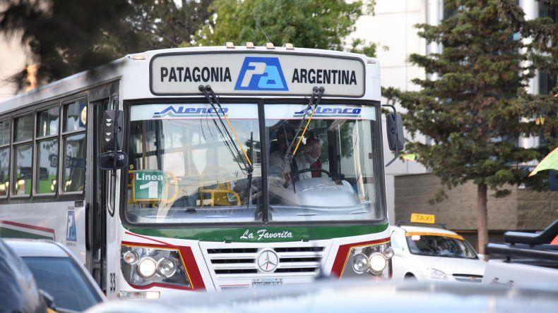 El servicio de transporte público de pasajeros vuelve a correr peligro por falta de aportes del Gobierno provincial.