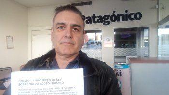 Jorge Grau en la redacción de El Patagónico. Busca impulsar un proyecto de Ley contra Viudas Negras.