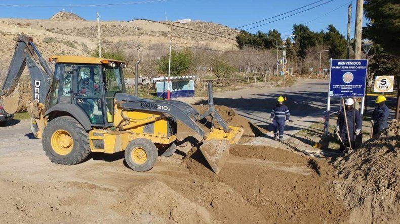 Los trabajos que la empresa a cargo ejecuta en el acceso al barrio Castelli.