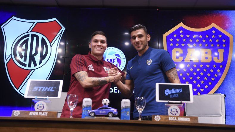 Juan Fernando Quintero y Eduardo Salvio se saludan durante la conferencia de prensa que realizó la Superliga de cara al superclásico de mañana.