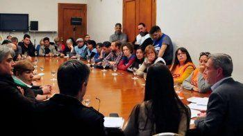 El gobernador, acompañado de funcionarios, encabezó la reunión con representantes de los gremios estatales.