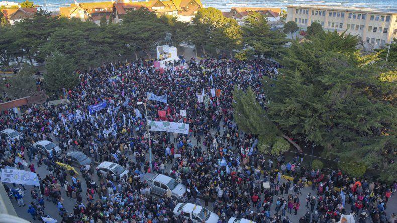 La masiva concentración ciudadana en la plaza San Martín para repudiar la violencia contra los docentes y trabajadores estatales.