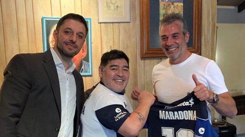 Diego Maradona se probó ayer mismo la camiseta de Gimnasia.