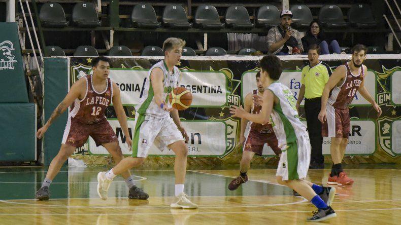 Leandro Fogel con el balón durante el partido que Gimnasia le ganó a la Fede en el Socios.