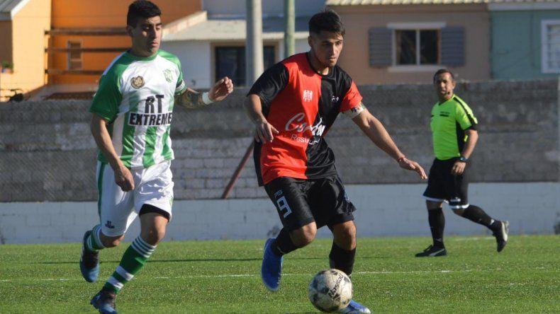 Joaquín Villarroel -autor del primer gol- domina ante la marca de Vladimir Cano.