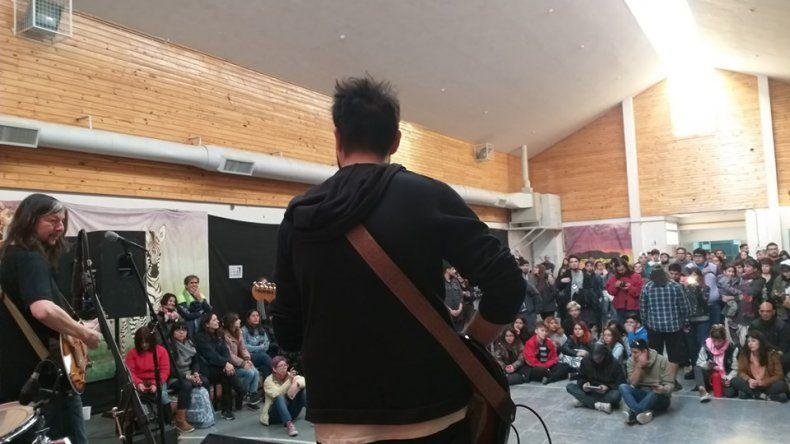 El fin de semana en el SUM de la institución de realizó un festival solidario.-