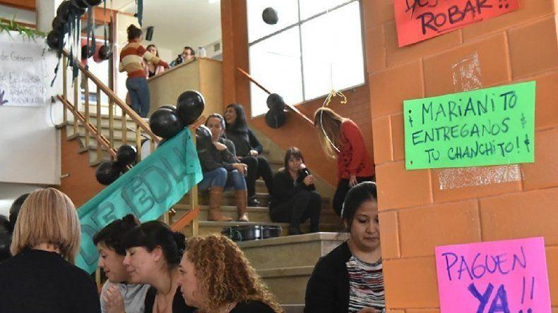 Auxiliares que mantienen la toma en Educación iniciaron huelga de hambre