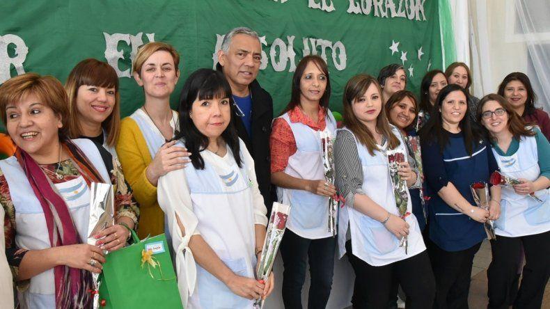 Soloaga obsequió rosas a docentes de Cañadón Seco