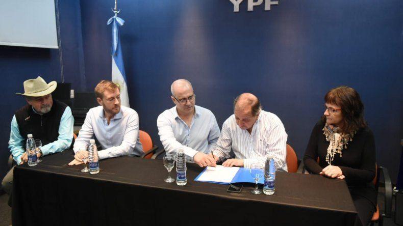 El acto de entrega de los equipos informáticos que se realizó ayer en la sede de YPF.
