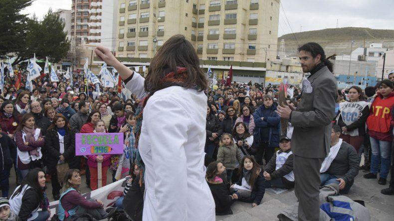 Con intervenciones artísticas se recordó el Día del Maestro en Comodoro Rivadavia.