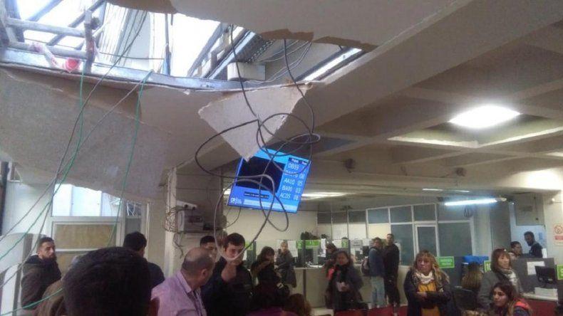 Accidente provocó la caída de parte del techo de la Municipalidad: dos heridos