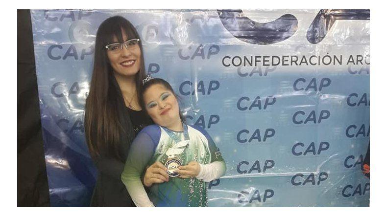Camila Gallardo junto a su entrenadora Antonella Tiglio.