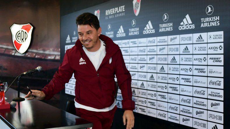 Marcelo Gallardo se retira luego de brindar una conferencia de prensa donde habló de todo