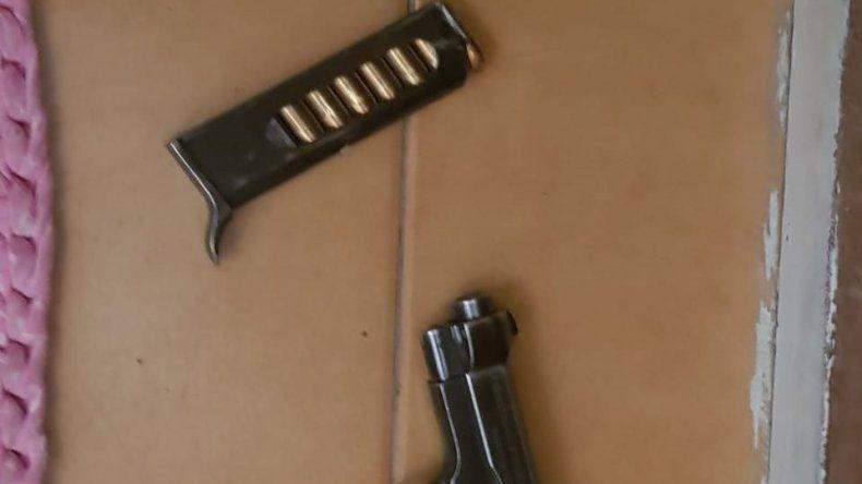 La pistola incautada en la casa de uno de los delegados de la UOCRA.