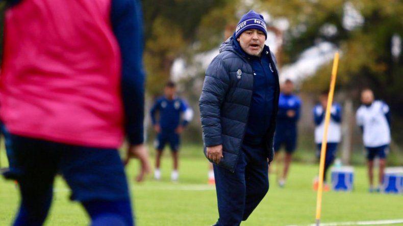 Maradona pidió un sacerdote y retiró los números 13 y 17