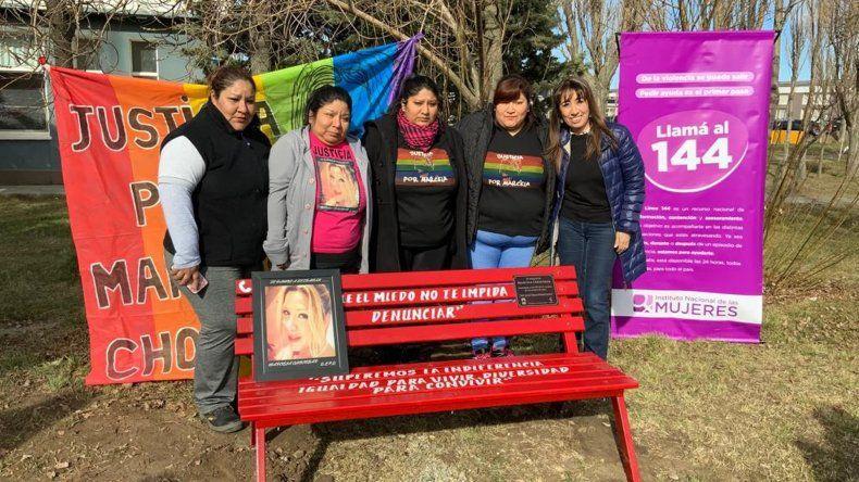Instalaron un banco rojo en memoria de Marcela Chocobar