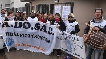 El grupo de docentes de Pico Truncado que arribó a Caleta Olivia realizó una protesta y entregó un petitorio.