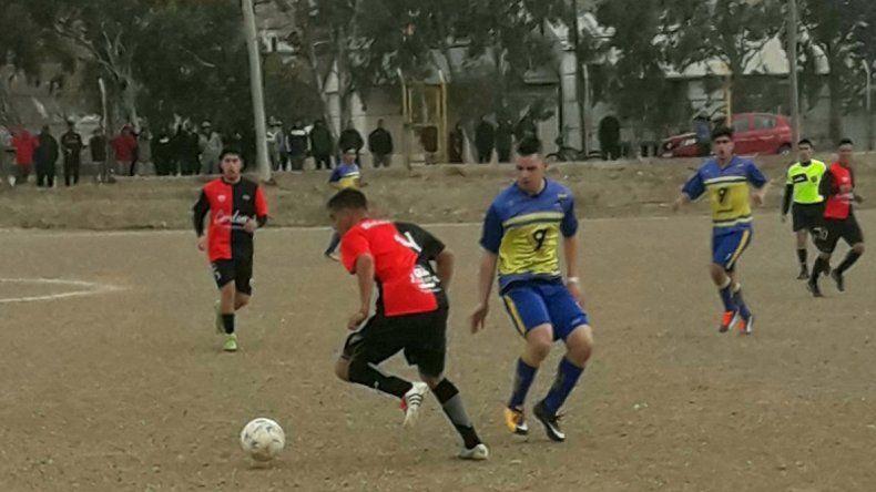 César Larroudé intenta un ataque desde el fondo. El lateral derecho de Palazzo anotó el primer gol y fue una de las figuras del Aguilucho.