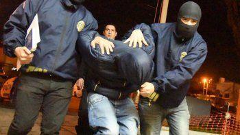 Fuertemente custodiado por policías de las DDI, Juan Carlos Scheling fue alojado en la Comisaría Segunda de Caleta Olivia.