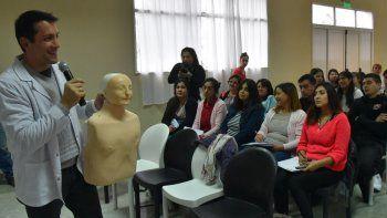 El curso de Primeros Auxilios dictado en Cañadón Seco estuvo a cargo del médico Daniel Badra.