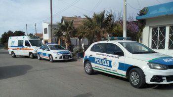 Personal policial y personal médico interviene en el lugar del asalto.