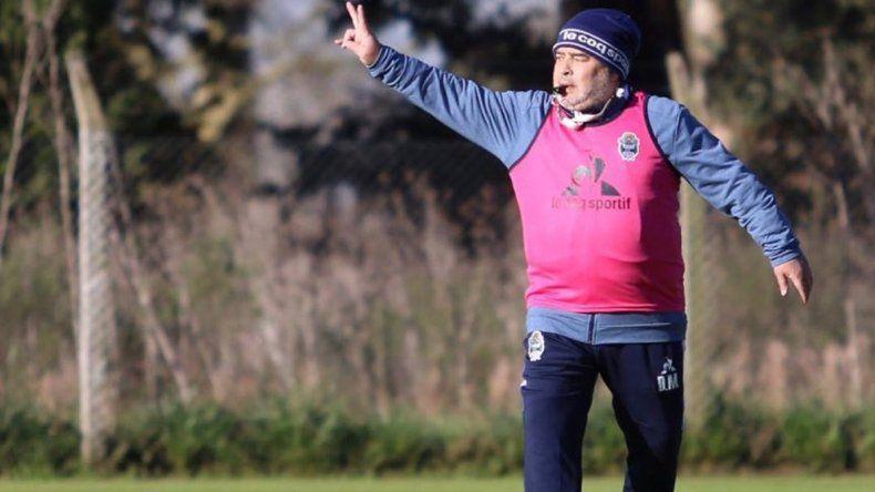 Diego Maradona dirigirá hoy su primer partido como entrenador de Gimnasia de La Plata.