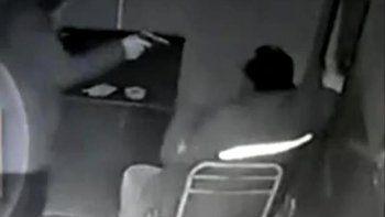 Las cámaras de video registraron el accionar de los asaltantes que amedrentaron a dos taxistas con armas de fuego, pero solamente les sustrajeron un teléfono celular.