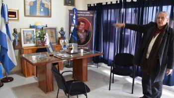 El presidente de la Asociación Sanmartiniana, Argentino López, señala un pequeño cuadro donde estaba colocada la réplica en miniatura del sable corvo del Libertador que se llevaron los ladrones.