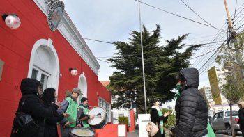 los denunciaron por colgar su  bandera en el mastil municipal