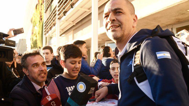 El entrenador Sergio Santos Hernández firma autógrafos luego de la conferencia de prensa que brindó ayer en Ezeiza.