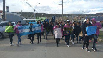 Unas 300 personas se movilizaron en el barrio San Cayetano en homenaje a las maestras