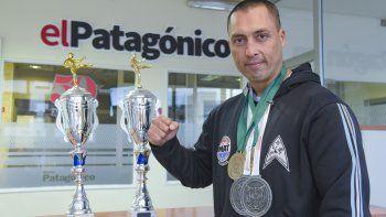 Alejandro Fritz posa orgulloso con las copas y medallas conquistadas.