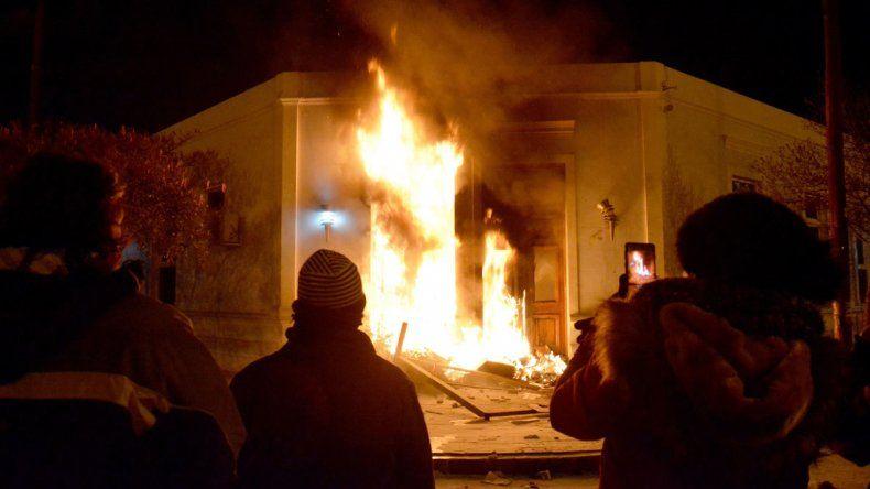 El momento en que manifestantes le prenden fuego a la puerta de la Casa de Gobierno.