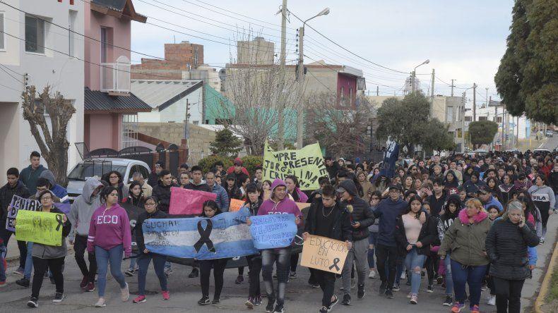 Integrantes de la comunidad educativa y vecinos marcharon en homenaje a las dos maestras fallecidas.