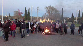 trabajadores estatales cortan el acceso a aluar en puerto madryn