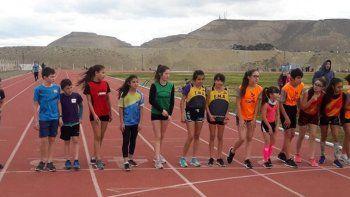 Chicos y chicas en la línea de largada de la prueba de 600 metros.