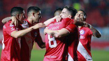 El invicto Argentinos Juniors irá esta noche en busca de la punta de la Superliga.