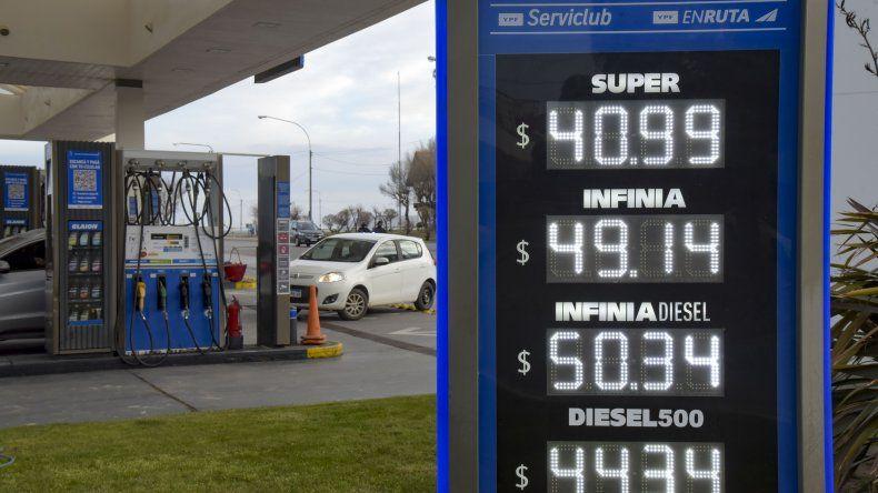 Los precios que exhiben desde ayer las estaciones de servicio YPF en Comodoro Rivadavia tras la suba del 4 por ciento.