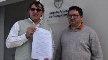 El dirigente social y político Omar Latini presentó la acción de amparo ambiental contra empresas petroleras, acompañado por el abogado Alberto Luciani.