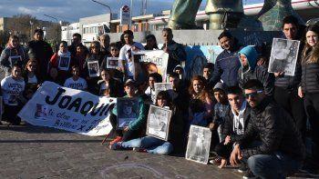 Al concluir la marcha pidiendo justicia por la muerte del pequeño Joaquín Rúa, sus padres, familiares y allegados se concentraron en la plazoleta del Gorosito.