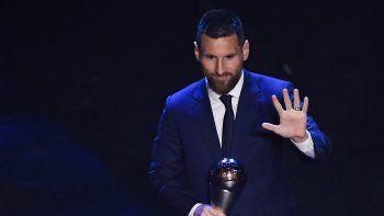 El crack Lionel Messi con su premio The Best, que ayer ganó por primera vez.