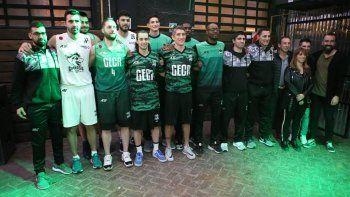 El plantel de Gimnasia y Esgrima durante la presentación del equipo e indumentaria deportiva para la nueva temporada.