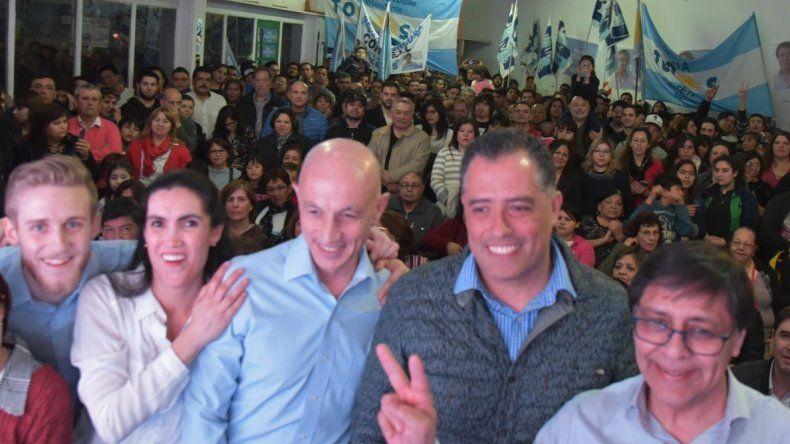 Fernando Cotillo y Eugenio Quiroga (centro) fueron las principales figuras del acto de lanzamiento de uno de los sublemas de candidatos a concejales del Frente de Todos.