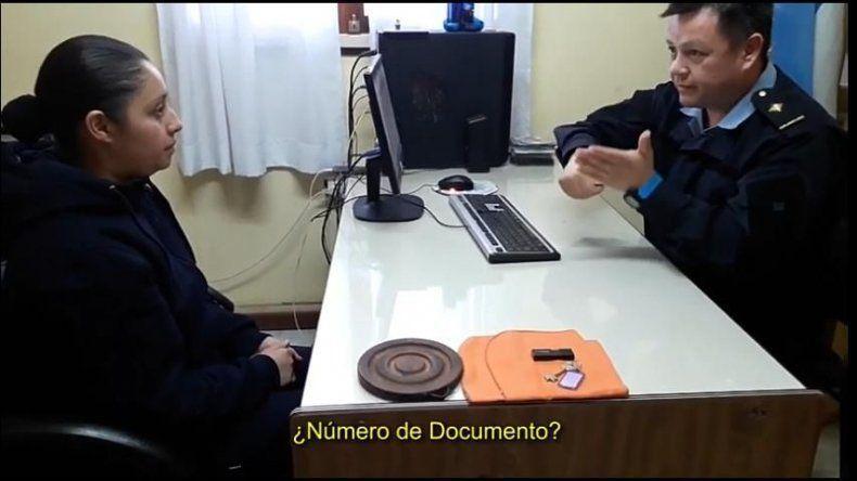 El comisario en acción. Guajardo intenta promover la lengua de señas entre sus subordinados.