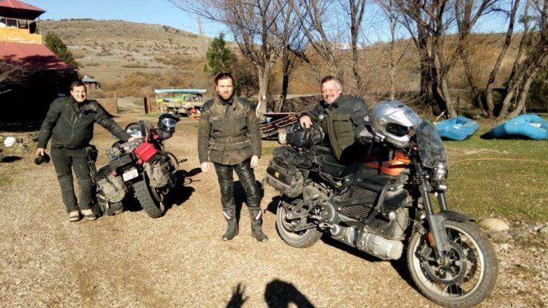 Ewan McGregor recorre Neuquén arriba de una moto