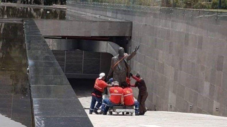 Ecuador retiró la estatua de Kirchner