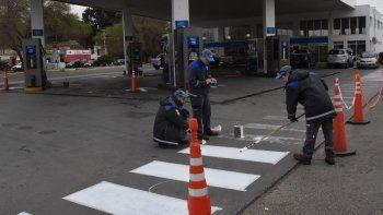 En la estación de servicio San Jorge de YPF, ante la inexistencia de combustibles, los playeros estuvieron ocupados ayer en pintar líneas demarcatorias.