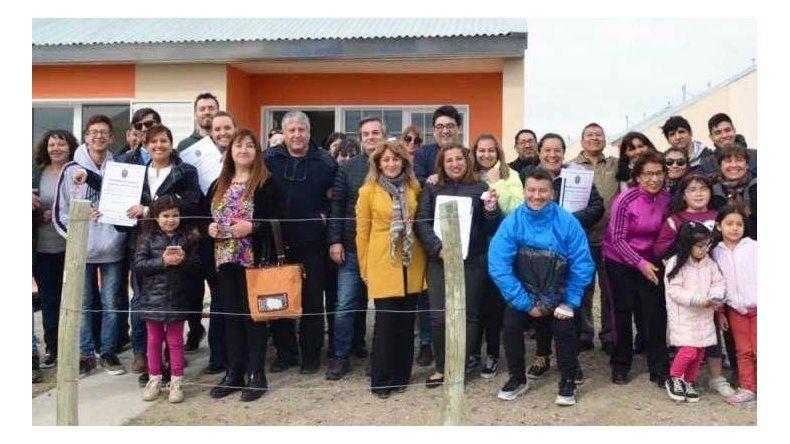 La ceremonia de entrega de las viviendas a las primeras 27 familias beneficiarias.